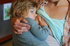 Делікатне публічне грудне вигодовування: кого потрібно виховувати – матерів чи суспільство?