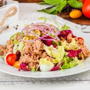 Дієтичні салати з консервованим тунцем: найкращі рецепти