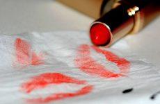 Як відіпрати губну помаду з тканини і одягу