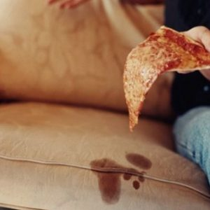Як прибрати плями з дивана без розлучень