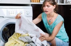 Забарвилися речі при пранні: що робити і як врятувати інший одяг