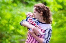 Перша прогулянка з новонародженим: коли, як і скільки гуляти?