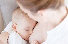 Розумна турбота і зважений підхід: скільки повинен з'їдати дитина в 4 місяці