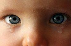 Слезится очей у дитини: причини, діагностика та лікування