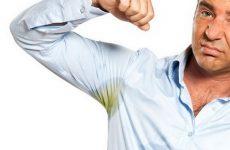 Жовті плями від поту на одязі: як вивести