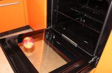 Як легко очистити від жиру скло духовки