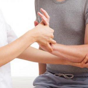 Чому віднімається плече і рука на стороні ураження до ліктя або кисті: причини патології і способи лікування з використанням мануальної терапії