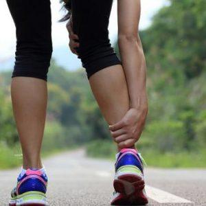 Хребет людини і ноги: як пов'язані, чому біль віддає в нижні кінцівки, як лікувати комплексно за допомогою методів мануальної терапії