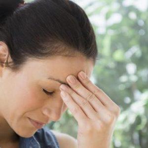 При остеохондрозі шийного відділу паморочиться голова і болить: що робити, як вилікувати за допомогою мануальної терапії