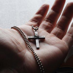 Можна дарувати хрестики в подарунок на день народження. Думка церкви