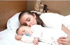 Як привчити дитину спати окремо від батьків