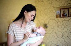 Як відучити дитину від заколисування на руках