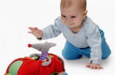 Як навчити дитину вставати на карачки
