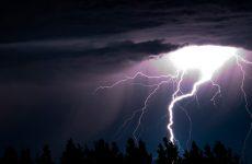 Що може статися і як себе вести в випадку попадання блискавки в автомобіль