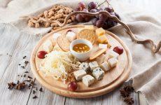 Красива сирна нарізка – фото, сирне асорті і сирна тарілка – оформлення