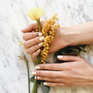 Модний манікюр в смужку 2019-2020 роки: фото, ідеї дизайну нігтів з смужками