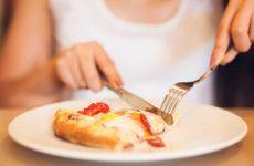 Чим їдять піцу і як правильно з етикету за столом в ресторані для хлопців і дівчат (чоловіків і жінок), з приладом (виделкою) або руками, з чим і з яким напоєм?