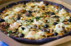 Чорна піца: з чого робиться тісто? Рецепти з чорнилом каракатиці, з морепродуктами, з чорносливом, з деревним і активованим вугіллям