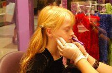 Як правильно доглядати за проколами у вухах протягом перших місяців