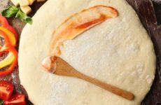 Гарне тісто для піци: покрокові рецепти з фото на дріжджах і без