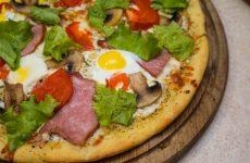 Піца Цезар з шинкою і грибами, перепелиними яйцями і моцарелою, рецепт з основою на оливковій олії з прованськими травами