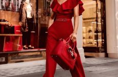 Трендові літні комбінезони 2019-2020: модні луки з літніми комбінезонами – фото