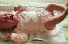 Коліки у новонародженого: симптоми, причини, що робити