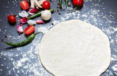 Тісто на сметані для піци: на дріжджах і без, рецепти рідкого холодцю, тонкого, прісного, м'якого і способу приготування пісочного